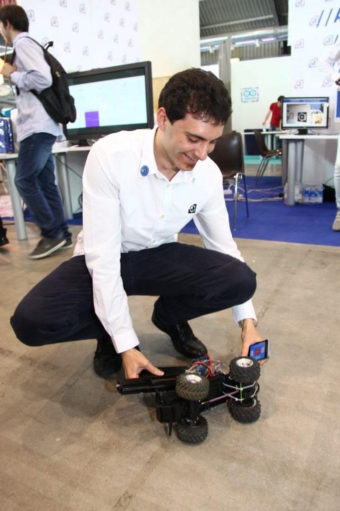 Daniele Angeli con il robot ideato per la fiera radioamatore 2015
