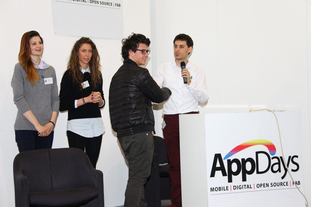 Daniele Angeli premia il vincitore del concorso Snap and like challenge agli AppDays 2014