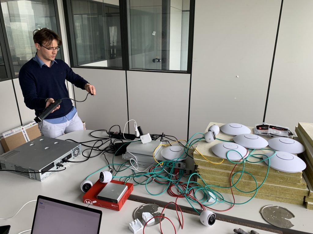 Daniele durante le fasi di allestimento della nuova rete degli uffici 4.0 di MOLO17