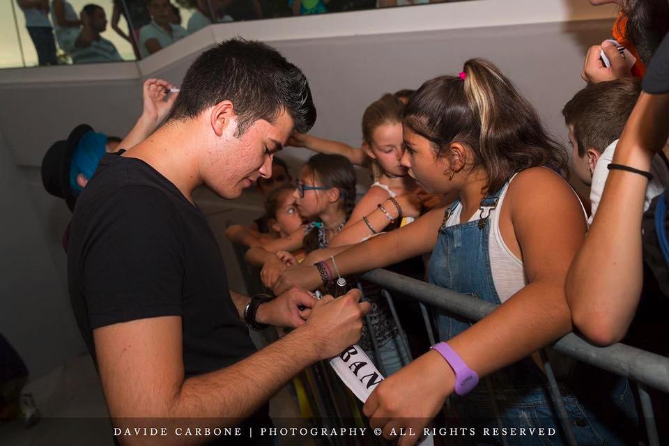 Damiano Giusti mentre firma un autografo